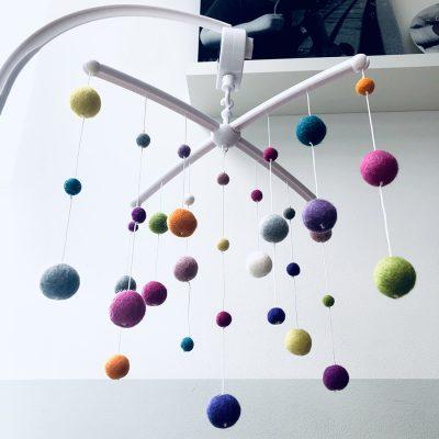 Muziekmobiel vilt bolletjes pastel