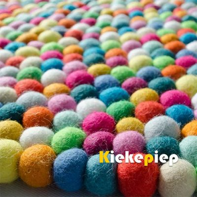 Viltbolletjes kleed vierkant multicolor