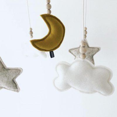 Muziekmobiel vilt maan wolken sterren oker sfeer